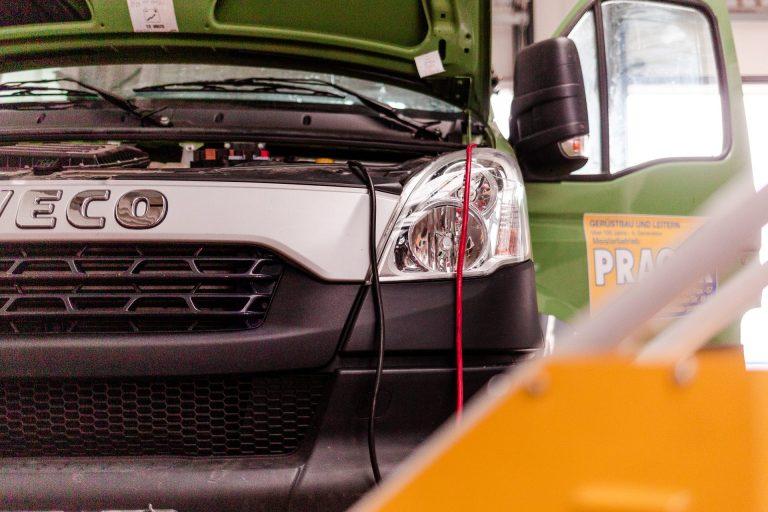 Iveco Fahrzeug in Reparatur bei Bauer Nutzfahrzeuge & Bauschinen
